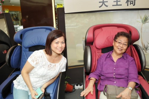 Ms Ong with her mother who love our uDivine Massage chair as well