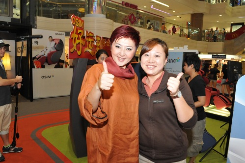 OSIM staff with 怡凤 giving our ever-popular uDivine thumbs-up